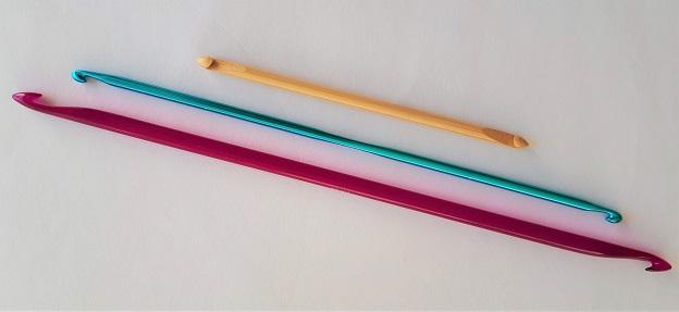Des crochets tunisiens doubles de différentes longueurs
