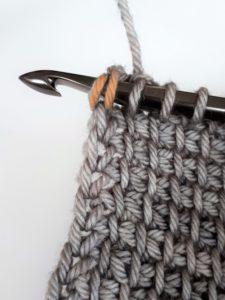 insérer le crochet sous les 2 brins latéraux
