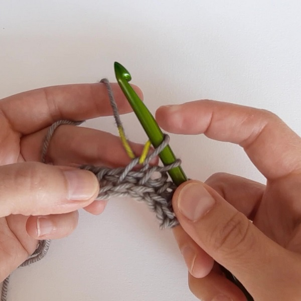 The yarn under creates a loop on the hook, the back leg of which is directly linked to the working yarn.