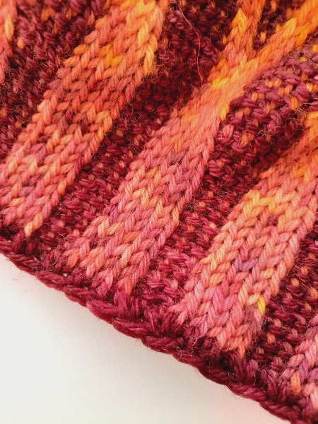 Close up on beanie Arches gothiques, with a bind off row in half double crochet