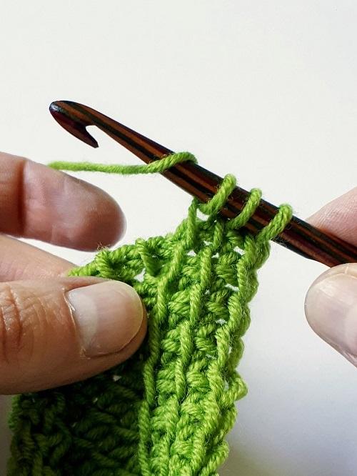 Un jeté simple pour ajouter une boucle entre deux points au crochet tunisien